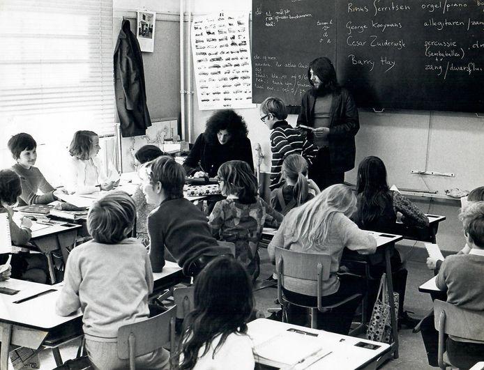 Barry Hay op 23 november 1970 als gastdocent in klas 6C van de P.C. Hooftschool in Den Haag.