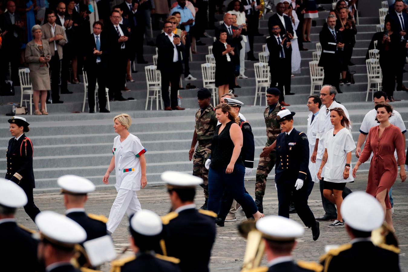 Anders dan andere jaren mochten de beroepsgroepen die strijden tegen het coronavirus paraderen door de straten van Parijs.