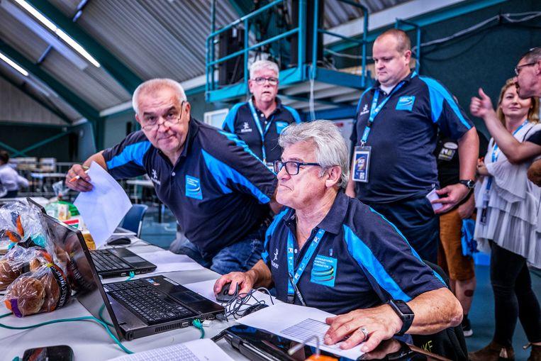 De vrijwilligers houden de statistieken bij tijdens de wedstrijden. Beeld Raymond Rutting / de Volkskrant