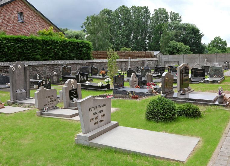 Het kerkhof van Eliksem ligt er al frisgroen bij.