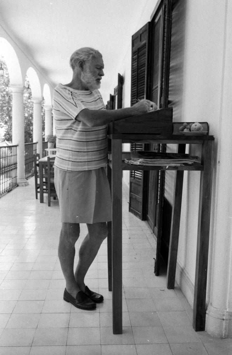 Ernest Hemingway werkt aan 'The Dangerous Summer' in 1960, al staande. Beeld Getty Images