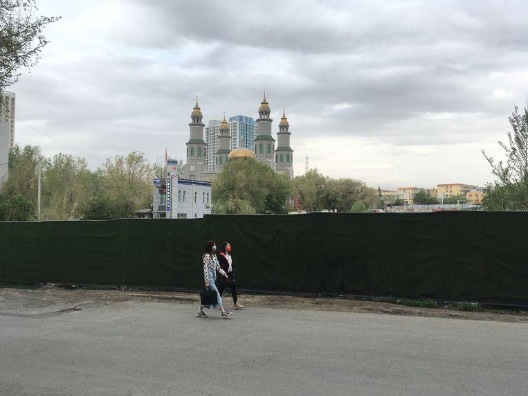 De Dongdasi-moskee in Urumqi is al twee jaar achter een hek verscholen. Ernaast staat een  politiebureau. Beeld Leen Vervaeke