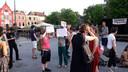Een klein groepje demonstranten staat op de Neude.
