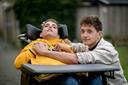 De tweeling Mitchell en Dylan Boltjes. De een heeft een beperking, de ander niet. Toch herkennen ze zichzelf in elkaar.
