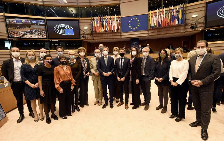 De ploeg-De Croo na de vertrouwensstemming in het Europees Parlement. In het nieuwe regeerakkoord staat niet over het dossier van de zware beroepen.  Beeld Photo News