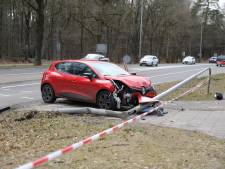 Auto rijdt lantaarnpaal omver in Baarn