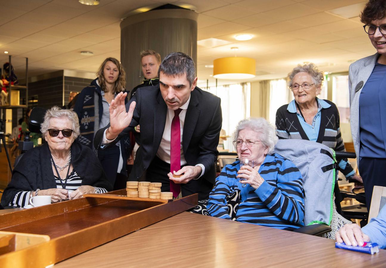 Paul Blokhuis bezoekt woonzorgcentrum Insula Dei in Arnhem en doet mee met een potje sjoelen.