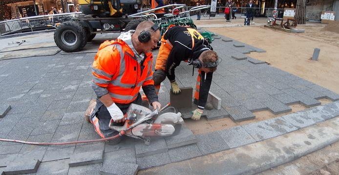 Het is puzzelen geblazen voor de stratenmakers op de Coolsingel. De laatste hoekjes worden gelegd, nu nog met de ouderwetse betonnen tegels. Later komen er keitjes voor in de plaats.