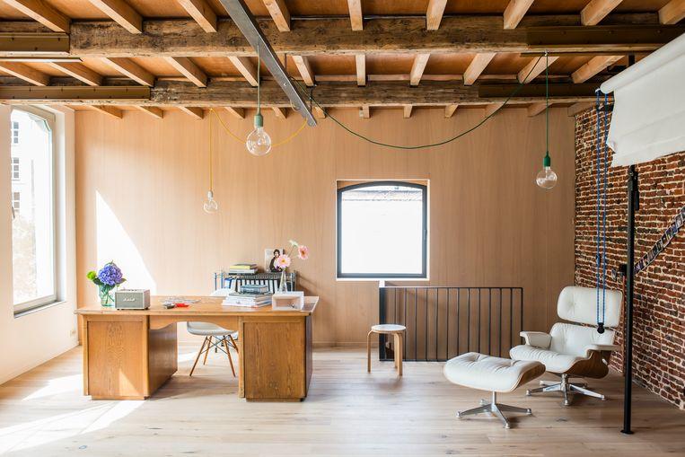 Op de eerste verdieping is er een bureau. Een plek voor Ruth,  die amateurfotograaf is. Aan een koord aan de muur hangen polaroids.  Beeld verne