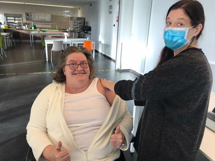 Bewoonster Mieke was de eerste die gevaccineerd werd in Unie-K (De Waaiberg) in Gits