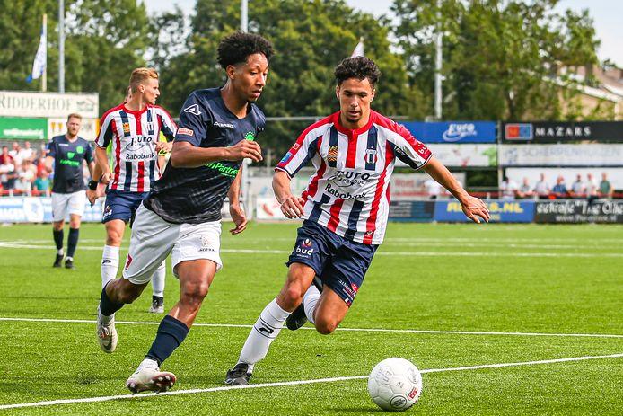 Steven Sánchez Angulo, aanvaller van IJsselmeervogels, wordt achtervolgd door Calvin Tureaij van Excelsior Maassluis.