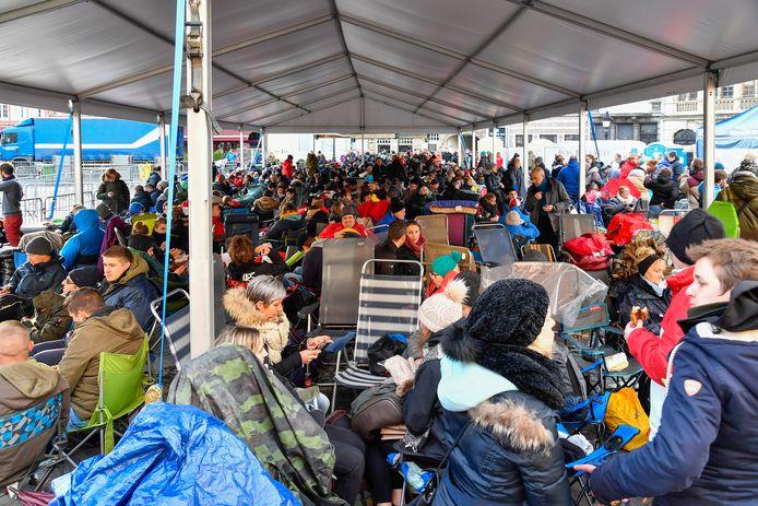 Wie zijn polsbandje had gekregen, zocht een plaatsje uit onder een grote overkapping. De Grote Markt wordt zo ingepalmd door 600 fans van het Ros Beiaard.