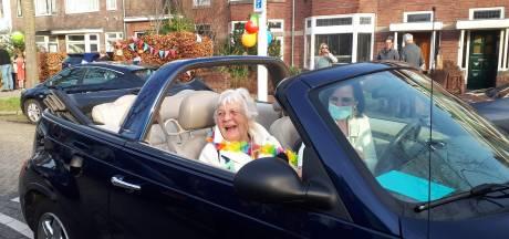 De hele straat viert de 90ste verjaardag van Tiny: 'Sommige dingen kun je uitstellen, maar dit niet'