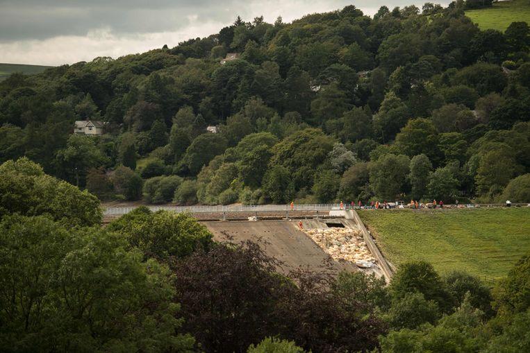 Ingenieurs inspecteren de beschadigde dam van 180 jaar oud: het gevaar is intussen geweken.
