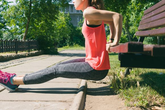 De 'triceps dip' is een van de meest effectieve oefeningen voor je bovenarmen.