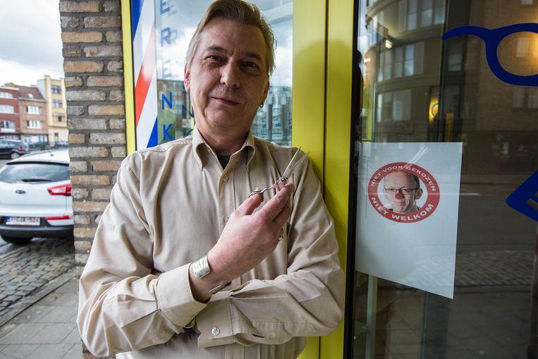 Kapper Patrick Jamart bij de boodschap voor schepen Watteeuw.