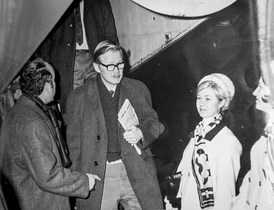 Wim Hesselink (met krant) komt in 1971 aan op het vliegveld van Turijn voor de eerste wedstrijd van FC Twente in de kwartfinales van het toernooi om de Europese Jaarbeursstedenbeker. Links Ferdinand Fransen, die vaak zelf als reisleder optrad.