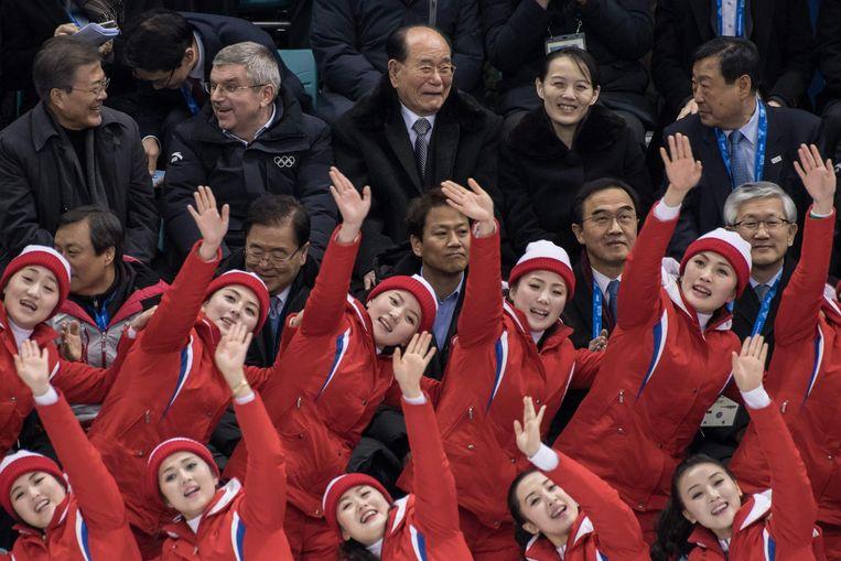 De Noord-Koreaanse cheerleader met daarachter Kim Yo-jong, de zus van de Noord-Koreaanse leider Kim Jong-un, IOC-voorzitter Thomas Bach en de Zuid-Koreaanse president Moon Jae-in. Beeld afp