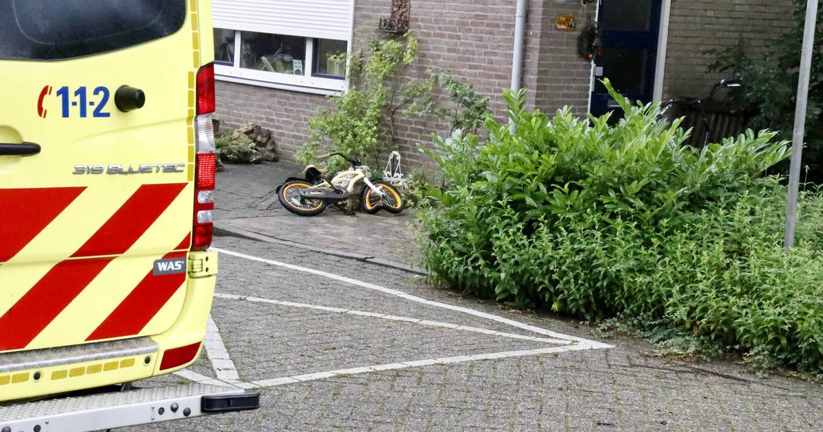 Kind raakt lichtgewond bij aanrijding in Gennep; politie gebruikt pepperspray bij ruzie die erop volgt.