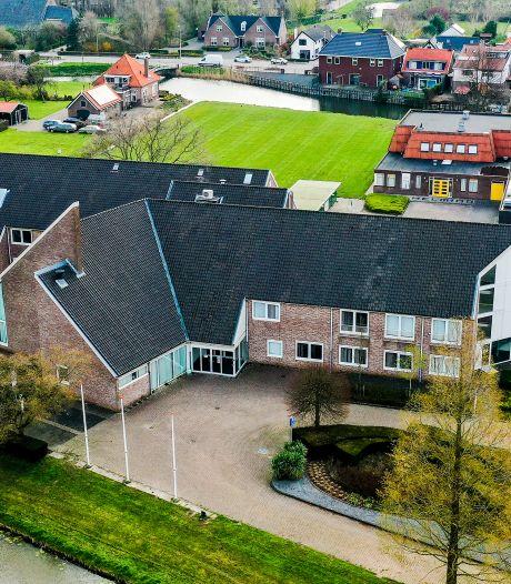 Oude gemeentehuis in Numansdorp wordt - nu officieel - een dorpshuis mét veertig appartementen