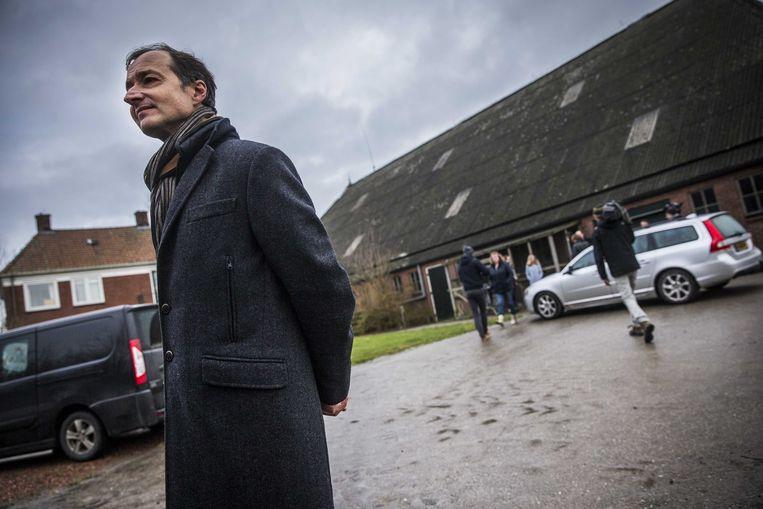 Minister Wiebes op bezoek in Zeerijp, na de beving van 8 januari vorig jaar.  Beeld ANP