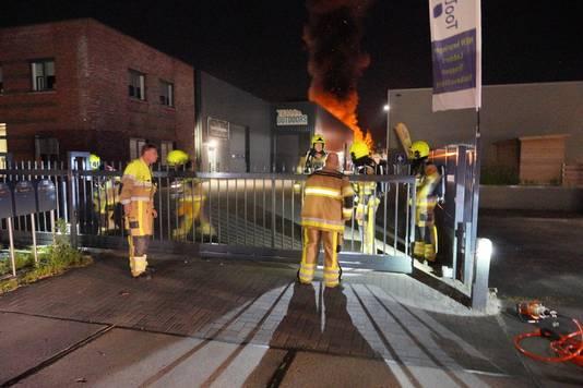 De brandweer had moeite om voorbij het hekwerk aan de Edisonstraat in Wijchen te komen. Daar woedde aan de achterzijde van een bedrijfsverzamelgebouw een felle brand.