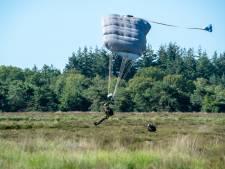 Para's springen boven Regte Heide, maar deze keer maar een handvol