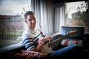 Aron de Hoop: ,,Ik heb nu meer tijd om gitaar te spelen.''