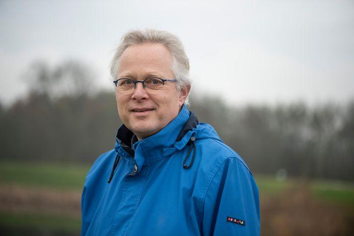 Dominee Dirk van Keulen op wandelschoenen.