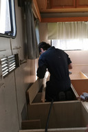 De leerlingen van het vijfde jaar houtbewerking van Richtpunt campus Ninove zijn ijverig in de weer om deze caravan een volgend leven te geven.