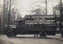 Een Ford van v.h. Gebroeders Los staat in 1924 geparkeerd op de hoek Frederik van Blankenheijmstraat/Korte Beekstraat. Onder de vrachtwagen is een reclamebordje te zien van garage Fa. L.A.A. van Hamersveld, Arnhemseweg. Rechts van de bestelauto de openbare meisjesschool in Plantsoen-Zuid.
