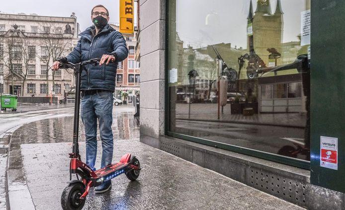 Medezaakvoerder Florian Van Halewyn, met een Kaabo Mantis GT. Bij de vestiging van E-Venture, nabij de Grote Markt.