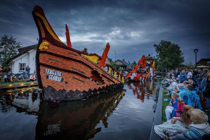 GondelvaartGroep De Blauwe Waterratten met de gondel: 'Vergane Glorie' viel in de prijzen met hun creatie.