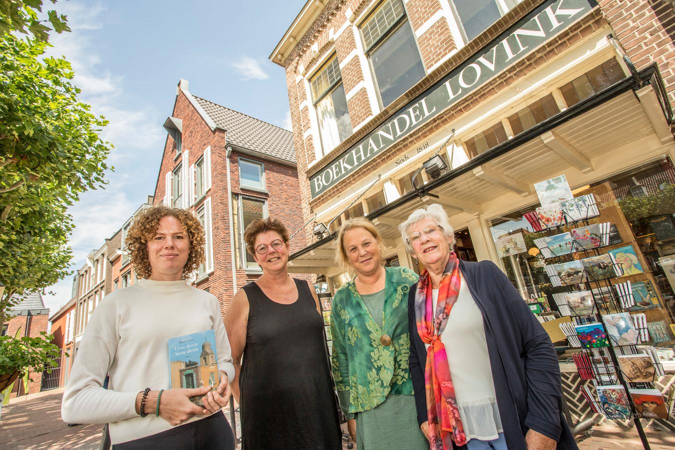 Vlnr Frederike Scholing, Tineke Posthumus, Gerthe Lamers en Janneke Minnee voor boekhandel Lovink. De Lochemse boekenzaak is een van de partners van het project Fit-ART Academie dat dit najaar start. Opzet is ouderen intellectueel prikkelende activiteiten aan te bieden.