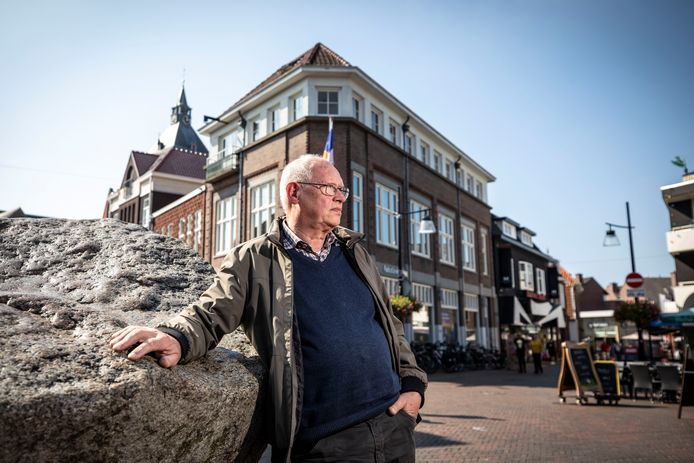 Tonnie van der Meché werpt zijn blik over de Groote Markt.