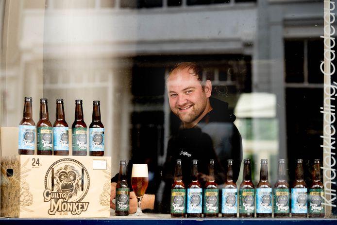 Xander Kraai met zijn bier Guilty  Monkey.