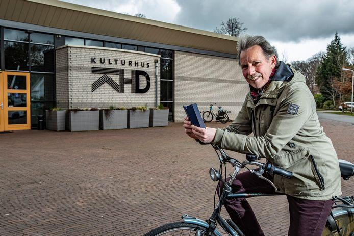 Jan Helderman, voor het Kulturhus in Diepenveen. Daar stond in de oorlog de lagere school en bepaalde het naziregime het trieste lot van de Joodse juf Sophia.  De plek is opgenomen in de audiotour langs oorlogsplekken in Diepenveen.