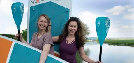 Daisy en Claudia begonnen op Ibiza met 'suppen' en  geven nu les op de Linge: 'We hebben er echt werk van gemaakt'