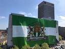 De vlag 'Sterker Door Strijd' bij het Hofplein.