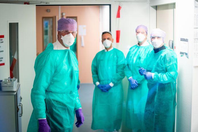 Minister Hugo de Jonge (links) bezoekt met bestuurder Marjolein Tasche de intensive vare van Franciscus Gasthuis samen met een arts en verpleegkundige.