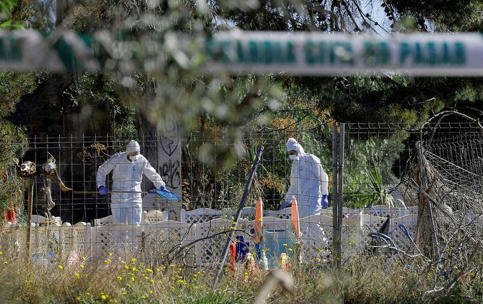 Forensische experts voeren onderzoek uit op de plek waar de twee kinderlichamen gevonden werden.