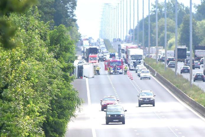 Door het ongeval zijn er twee rijstroken versperd.