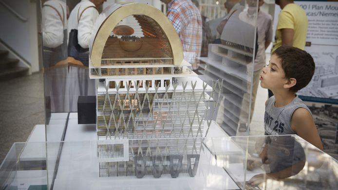 Een maquette van het 'Spuiforum' in het Haagse stadhuis.