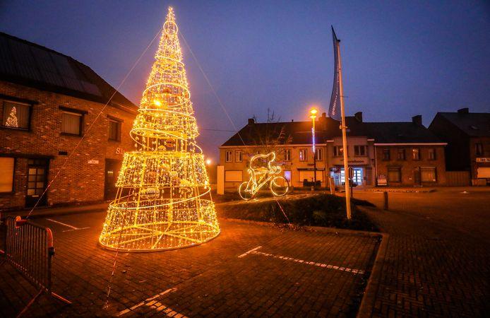 Op de Markt van Ichtegem staat een nieuwe kerstboom