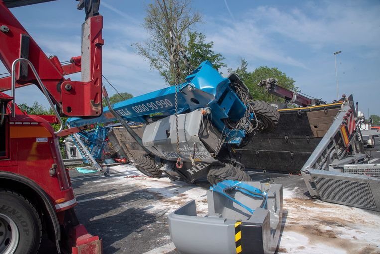 De gekantelde vrachtwagen vervoerde een 22 ton zware hoogtewerker.