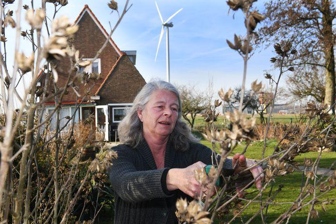 Hanny van Doorn in de tuin bij haar huis,  pal onder één van de windmolens.