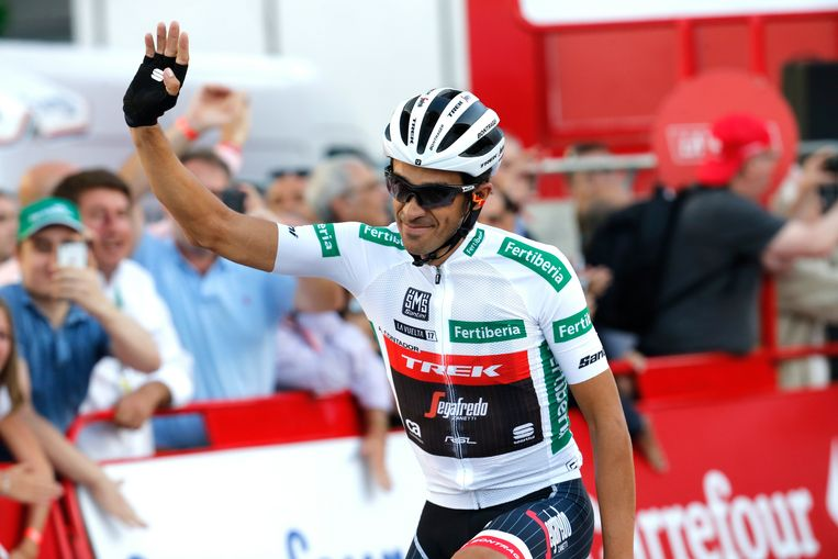 epa06196684 Spanish Alberto Contador of the Trek team greets the crowd during the 21st and last stage of La Vuelta cycling race, over 117.6 km between Arroyomolinos and the finishing line in Madrid, Spain, 10 September 2017.  EPA/Kiko Huesca Beeld EPA