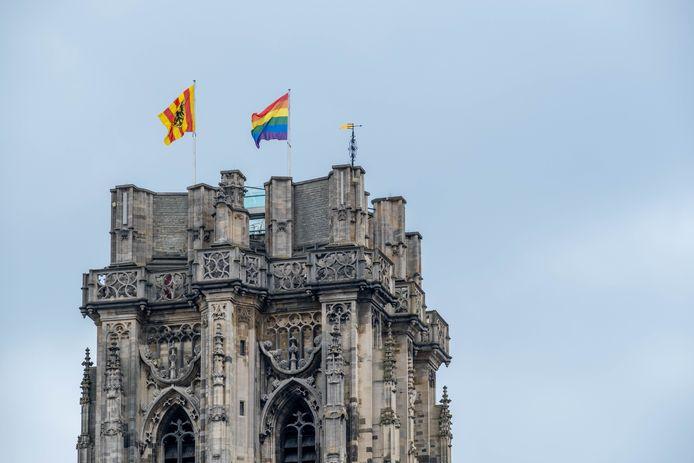 De regenboogvlag wappert op de Sint-Romboutstoren.