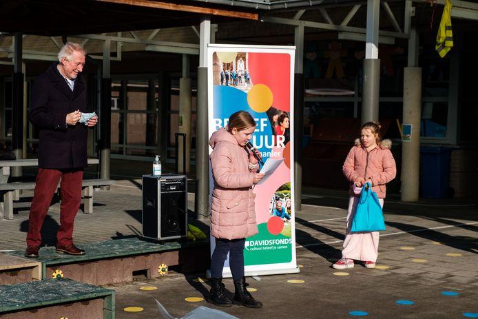 Uitreiking gedichtenwedstrijd op basisschool Klaproos in Zandhoven: Eline leest haar gedicht voor.