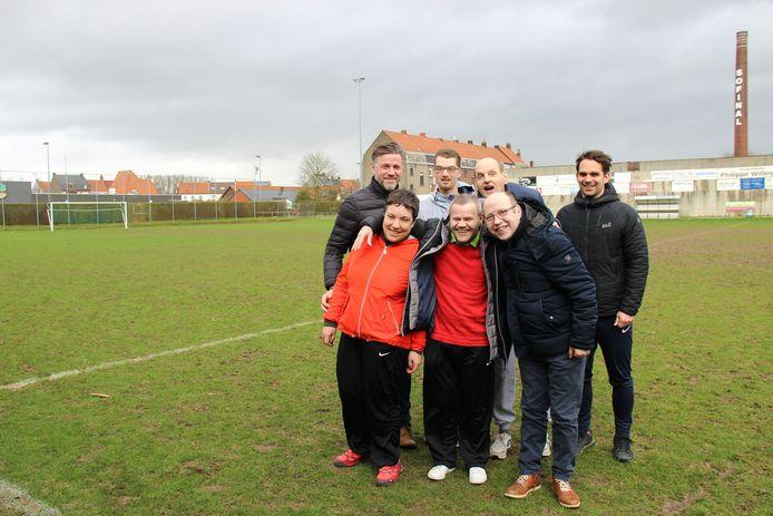 Chistophe Vanopbroeke en Michiel Colpaert met Mathias, Yvan, Silvie, Dirk en Wim die samen in de G-ploeg zullen spelen.